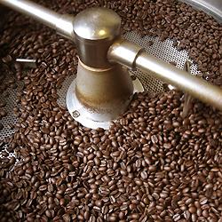 ほろ苦く濃い目の深煎りコーヒー豆