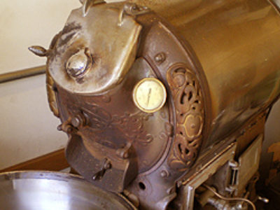 昔ながらの釜を使った余熱焙煎