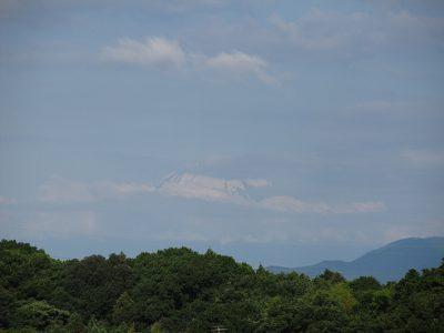 雲間からチラリと富士山