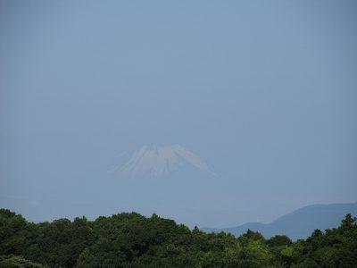 天空に浮かぶ残雪、今朝の富士山