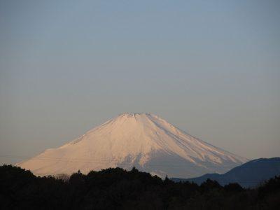 澄んだ青空と富士山
