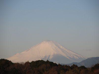 雪煙あがる富士山