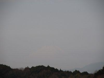 かすかに見える富士山はお天気下り坂