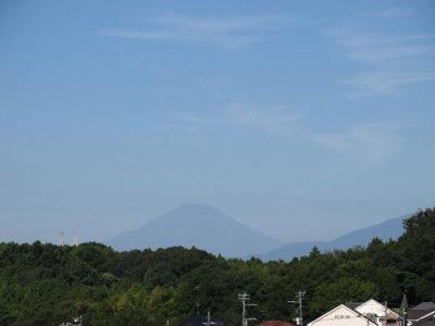 猛暑の中の富士山と秋色の空
