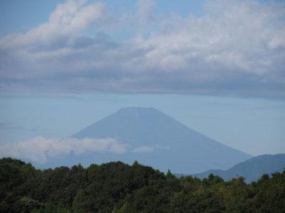 秋空に夏の名ごり富士