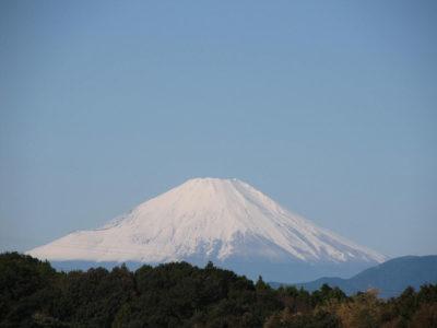 秋空にそびえる真冬の富士山