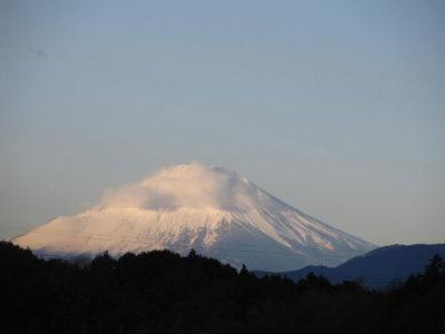 年末寒波襲来、凍てつく富士山