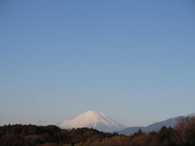 宇宙を感じる冬空に浮かぶ富士山