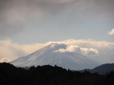 雪雲の中、怒ったような富士山