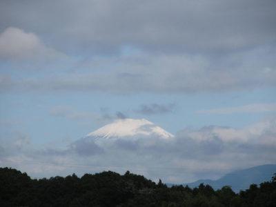 梅雨じゃなく「梅雪」を被った富士山