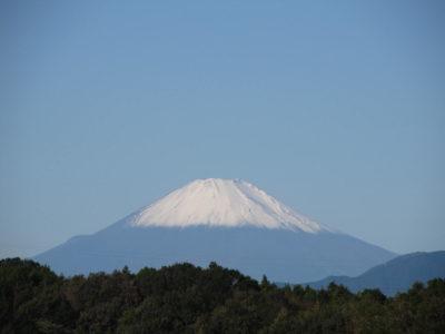 天皇陛下即位を祝う初冠雪の富士山