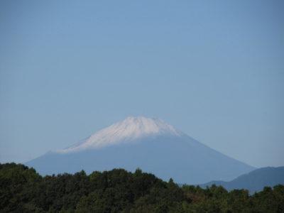 うっすら雪化粧した富士山