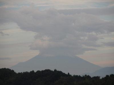 雨を暗示する富士山