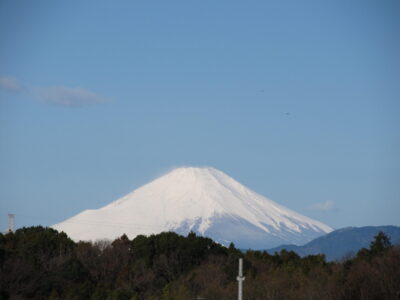 雨上がりの真っ白な富士山